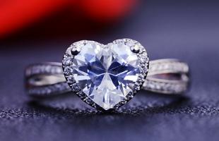求婚戒指选哪种比较好?钻石戒指、宝石戒指还是什么?