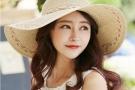 夏季女生潮流草帽和美鞋,轻巧透气增添人缘和魅力
