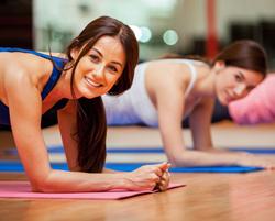 瘦肚子运动方法 饭后靠墙站侧撑抬腿