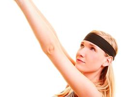 减手臂赘肉方法 跪姿手握哑铃