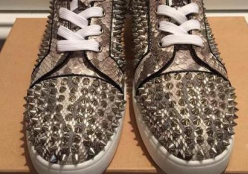 穿鞋子可以弄两双鞋垫 CL鞋子在哪里能买到真的