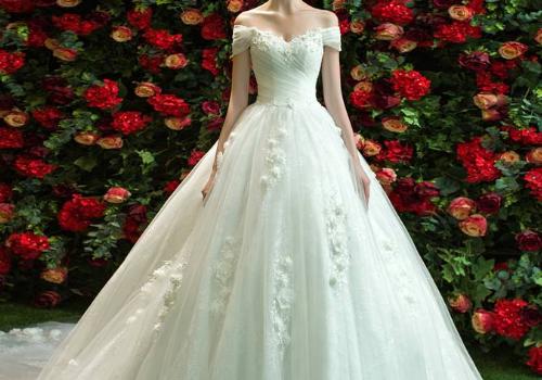 拍婚纱照几个人跟着的 太瘦婚纱撑不起来