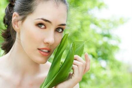 女生正确涂抹护肤品,让肌肤改善效果加倍