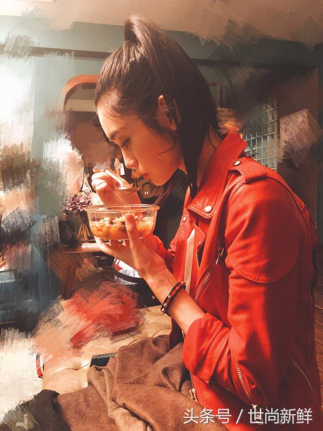 """奚梦瑶晒出自己享受美食的照片,网友留言:""""怪不得这么漂亮呀"""""""