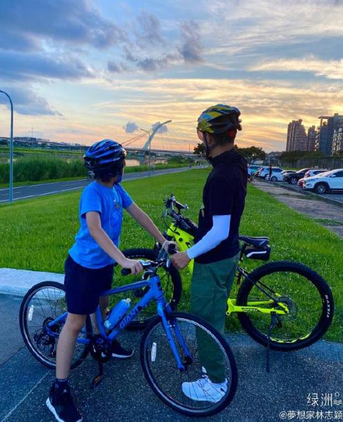 林志颖绿洲晒与Kimi骑车照 父子俩在夕阳下超温馨